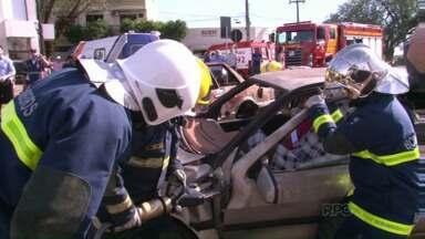 Bombeiros fazem simulação de acidente no centro de Umuarama - A ação chamou a atenção de quem passou pela praça Miguel Rossaffa. Treinamento envolveu equipes de salvamentos de várias entidades.