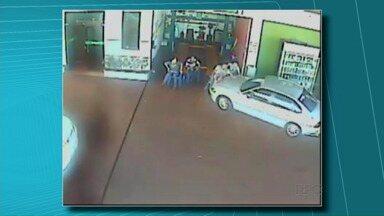 Motorista joga o carro sobre quatro pessoas em Primeiro de Maio - O motorista invadiu um posto de combustíveis, atropelou quatro pessoas e fugiu. Duas pessoas ficaram feridas. Durante a fuga o motorista perdeu o controle do carro, sofreu um acidente e acabou preso. Ele vai responder por tentativa de homicídio.
