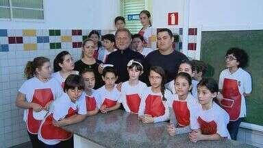 Fernando Kassab ensina a fazer uma sopa para as crianças durante as noites mais frias - Fernando Kassab ensina a fazer uma sopa para as crianças durante as noites mais frias