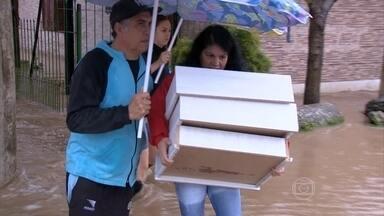 Municípios decretam estado de emergência por causa da chuva no RS - Sessenta e um municípios foram atingidos. Mais de 1500 pessoas estão desabrigadas em várias regiões do estado.
