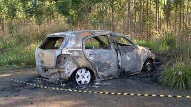 Corpo é encontrado dentro de veículo incendiado na Serra, ES - Bombeiros foram acionados para combater o fogo e acharam corpo.Perícia foi ao local mas não conseguiu identificar o corpo.