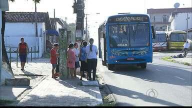 Falta de abrigo em paradas de ônibus prejudica os moradores de Bayeux na Paraíba - Moradores de Bayeux sofrem com a falta da estrutura mínima nos pontos de ônibus.