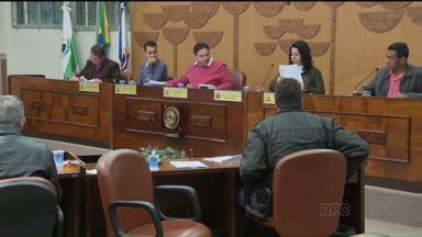 Câmara de Araucária aprova aumento no número de vereadores a partir de 2016 - Em meio a protestos, os vereadores aprovaram o aumento de onze para quinze vereadores a partir das eleições de 2016.