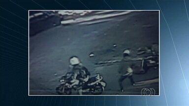 Vídeo mostra momento em que professor é assassinado em Goiânia - Baleado a 500m de casa, homem de 33 anos caiu da moto que pilotava. Após queda, suspeito se aproximou e efetuou mais dois tiros contra vítima.