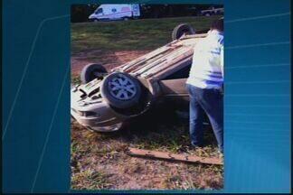 Carro capota na BR-262 perto de São Gonçalo - Imagens recebidas por WhatsApp mostram acidente. Duas vítimas foram soco