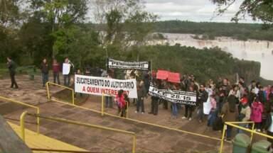 Servidores da Justiça Federal fizeram um apitaço hoje lá nas cataratas - Eles pedem reposição salarial.