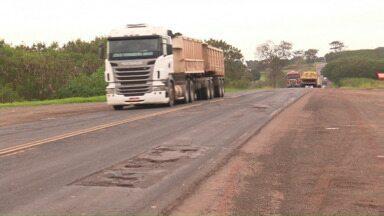 Motoristas reclamam de condições da PR 323 - Situação da estrada ficou pior com a chuva