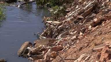 Moradores de Ribeirão das Neves reclamam falta de infraestrutura em avenida da cidade - A Avenida Tiradentes está sem asfalto. Um córrego a céu aberto, com entulho e lixo, também incomoda quem vive na região.