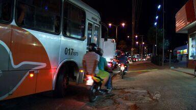 CETV flagra motoqueiros trafegando em calçadas na Avenida Silas Munguba, em Fortaleza - Confira na reportagem de André Alencar.