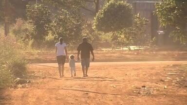 Buracos e poeira incomodam moradores da Região Metropolitana de Goiânia - Cadeirante que mora em rua sem asfalto passa dificuldade todos os dias.