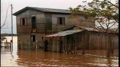 Água do rio atinge moradias da zona ribeirinha em Uruguaiana, RS - Dezenas de pessoas tiveram que sair de casa em quatro bairros da cidade.