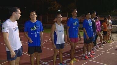 Maratonista ajuda atletas cegos em competições - Alexandre acompanhará Nelson na Henrique Archer Pinto.