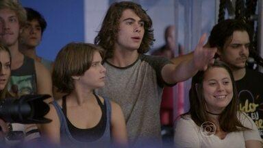 Pedro se irrita com a atuação de ator no clipe de sua música - Gael e Duca se preocupam com sumiço de Nat