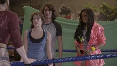Karina não autoriza o uso de sua imagem no clipe - Pedro e Karina são surpreendidos ao saber que Tande gravou a demonstração deles e pretende usar para o clipe da música