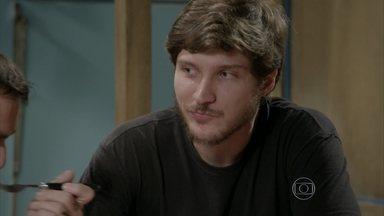 Luiz diz a Lobão que desconfia de Nat - Lobão garante que Nat está na mão dele, mas por via das dúvidas, pensa em colocar uma câmera no QG para vigiá-la também