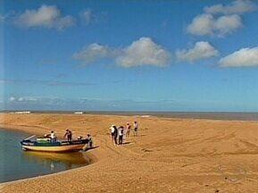 Banco de areia impede encontro de Rio Doce com o mar em Regência, no ES - Tubarões estão aparecendo com mais frequência na costa capixaba por isso.