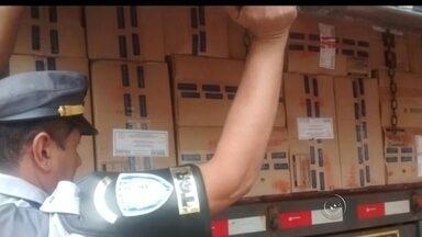 Polícia apreende carreta com 800 mil maços de cigarros na região - A polícia apreendeu nesta terça-feira (21) uma carreta com 800 mil maços de cigarros na Rodovia Assis Chateaubriand, em Santópolis do Aguapeí (SP). Segundo o boletim de ocorrência, o motorista de 30 anos tentou enganar os policiais apresentando a nota fiscal de uma carga de milho.