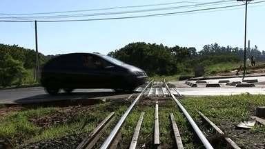 """História da ferrovia pode estar perto do fim em Bauru - A cidade de Bauru, que já foi considerada o maior entroncamento ferroviário do país, tem hoje uma via férrea praticamente sucateada. Com a fusão da All- América Latina Logística com a empresa """"rumo"""", do grupo Cosan, a história dessa ferrovia pode estar perto do fim."""