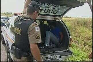 Jovens são presos suspeitos de roubo de veículos em Araxá - Três carros foram recuperados.Suspeita é que roubos tenham ocorrido em Montes Claros.
