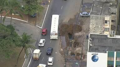 Motorista enfrenta trânsito lento em rua do Rio Vermelho - Confira no Radar do JM.