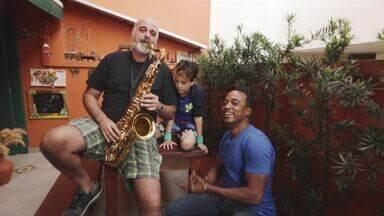 Hoje é dia de...brincar - Avô e Neto - José Augusto Sciotti e seu neto Théo brincam todos os dias. Eles são exemplo de que a relação próxima entre avós e netos beneficia ambos. E isso acontece por meio de brincadeiras.