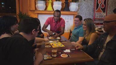 Hoje é dia de...brincar - Bar de Jogos - Um lugar que oferece mais de 700 jogos de tabuleiro, aproxima pessoas e reforça a tendência mundial do retorno desses jogos.Alexandre Henderson a dona do lugar e fanáticos pelos jogos.