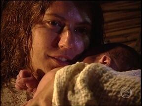 Luana consegue dar à luz com a ajuda de Bruno - O Rei do Gado dá banho no filho e se emociona