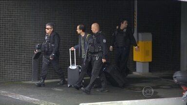 Presos da Lava jato são transferidos para presídio comum - Os presidentes das empreiteiras Odebrecht e Andrade Gutierrez, e mais seis pessoas, foram transferidos da carceragem da Polícia Federal de Curitiba para um presídio comum.