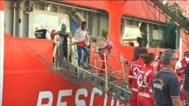 Mais de mil imigrantes desembarcam em portos da Itália - Eles foram resgatados em diferentes pontos do mar Mediterrâneo, quando tentavam entrar ilegalmente na Europa.