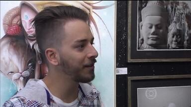 Junior Lima comenta que Noely é responsável por sua paixão por fotografia - Serginho Groisman visita a primeira exposição do músico
