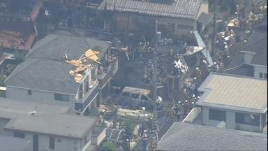 Avião com cinco pessoas cai em área residencial de Tóquio - Piloto fazia um voo de treinamento. Pouco depois de decolar, ele pegou de raspão nos telhados das casas, perto da pista, e perdeu o controle do avião.