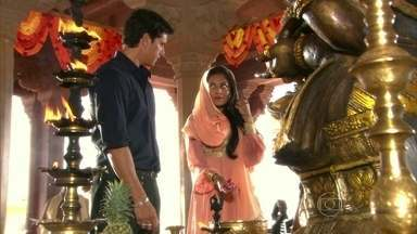 Bahuan e Maya se vêem pela primeira vez - As mãos de Bahuan e Maya se esbarram durante festival de Ganesha. Os dois se olham, mas são separados pela multidão
