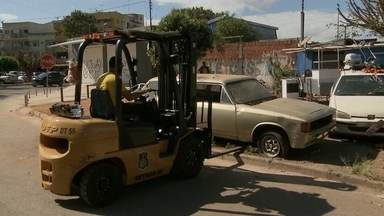 Operação retira carros abandonados e carcaças das ruas do Guará - Equipes da Polícia Militar, do Detran e da Administração do Guará participaram da ação. Em três horas, 15 carros e carcaças foram retirados das ruas e calçadas.