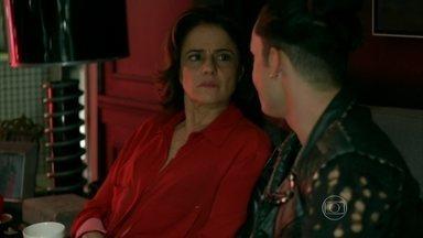 Fanny garante a Visky que não dará segunda chance para Anthony - Booker consola a dona da agência