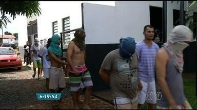Justiça determina retorno de delegado que transferiu presos a pé em Planaltina, GO - Delegado havia sido transferido para Alto Paraíso de Goiás após transportar presos a pé para presídio.