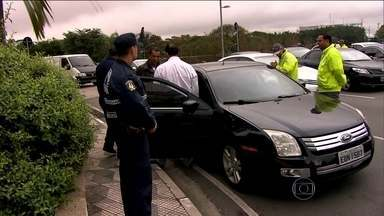 Aumenta a fiscalização de carona paga depois de protestos dos taxistas - Os departamentos de trânsito dizem que o aplicativo Uber é ilegal. O órgão federal de defesa da concorrência cobrou uma norma para regular o serviço.