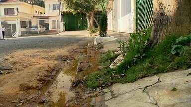 Moradores reclamam de vazamento em rua da Zona Sul da capital - A burocracia impede o reparo do vazamento em Santo Amaro que já dura duas semanas.