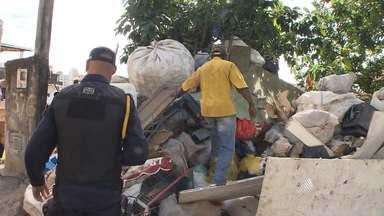 Grande quantidade de entulho é retirada de casa após denúncia de moradores na Boca do Rio - A quantidade de sujeira era tão grande que até um trator e uma caçamba precisaram ser usados para retirar todo o material.
