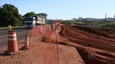 Falta de passarelas contribui para atropelamento na BR-153 no noroeste paulista - Desde o começo do ano, nove pessoas morreram tentando atravessar a BR-153 na região noroeste paulista. A estrada é uma das mais movimentadas e não tem nenhuma passarela.