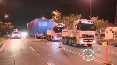 Tamoios ficou fechada por três horas durante a madrugada - Transporte da carga especial exigiu mega operação