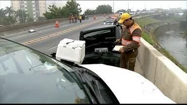 Acidente de carro deixa dois mortos na Zona Leste de SP - Motorista contou que não viu um carro parado na pista, porque estava escuro e havia nevoeiro. Dois homens, um de 32 anos e outro de 40 anos morreram no acidente.