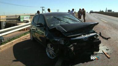 Acidente na Pr-445, em trecho de duplicação, deixa motorista ferida - O acidente foi o viaduto do Jardim Novo Bandeirantes, entre Londrina e Cambé. O carro, desgovernado, bateu na proteção lateral da rodovia. A motorista foi levada para o hospital e está em observação.