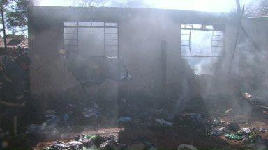 Duas crianças e um idoso morrem em incêndio - A tragédia foi hoje de manhã numa casa, em Maringá. Os vizinhos tentaram mas não conseguiram salvar os moradores.