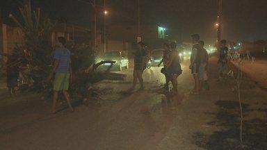 Moradores reclamam de falta de estrutura no bairro Lagoa - Em protesto, moradores fecharam a rua Rio de Janeiro.