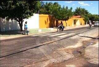 Avenida Virgilio Távora, em Juazeiro do Norte, traz transtornos para os pedestres - Em trecho, a travessia de pedestres é uma das tarefas mais difíceis.