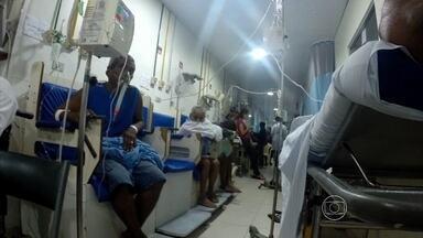 Reportagem flagra emergência do Procape superlotada - Alguns pacientes reclamam que estão internados há vários dias sentados em cadeiras pelos corredores.