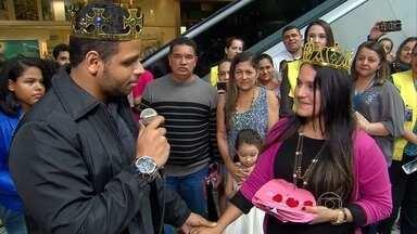 Passageiros do Aeroporto do Recife assistem a uma festa diferente de noivado - Um casal de namorados estava há seis meses sem se ver. Na chegada ao Recife, mulher foi surpreendida com um pedido de casamento.