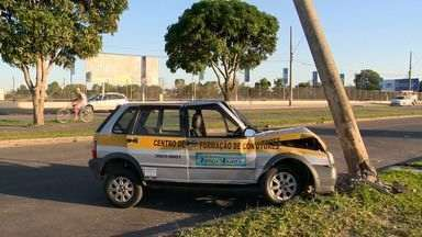 Acidente com carro de autoescola faz bairro de Manguinhos ficar sem luz, no ES - O carro de uma autoescola bateu em um poste na rodovia ES 010. Com a batida um transformador caiu.