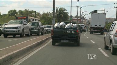 Flagrante mostra transporte irregular de botijões de gás em avenida de São Luís - Flagrante mostra transporte irregular de botijões de gás em avenida de São Luís