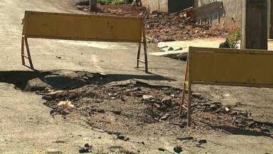 Moradores de Arapongas reclamam de buraco em rua da cidade - Eles dizem que há quatro meses estão pedindo uma solução para o problema.